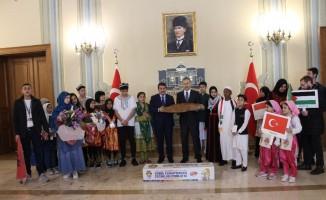 """Dünya çocukları, Vali Yerlikaya'ya """"Barış Ekmeği"""" hediye etti"""