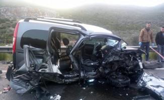 Hafif ticari araçla otomobil çarpıştı: 2 ölü, 3 yaralı