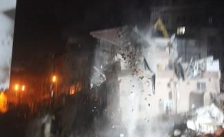 Kağıthane'de yıkılma tehlikesi olan bina kontrollü bir şekilde yıkıldı
