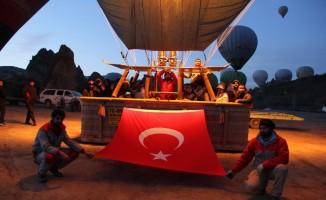 Kapadokya'da balonlar 23 Nisan için Türk bayraklarıyla havalandı