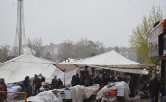 Kar yağışı pazarcı esnafı etkiledi