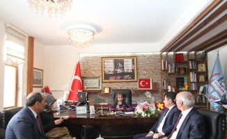 Milli Eğitim Müdürü Salih Kaygusuz, 23 Nisan'da makamı Rahime Nur Güllüce'ye devretti