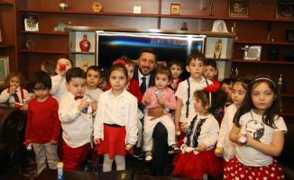 Minik çocuklar Belediye Başkanı Arı'yı ziyaret etti