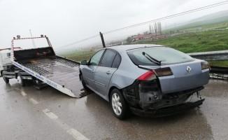 Otomobil bariyerlere çarptı : 3 yaralı