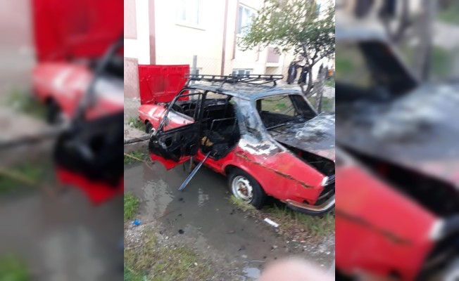 Park halindeki otomobil alev topuna döndü