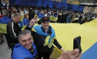 Poroşenko ve Zelensky stada çıktı