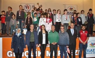 Satrançta derece yapan öğrenciler,  ödüllerini aldı
