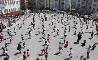 Tokat'ta 500 öğrenci aynı anda ip atladı