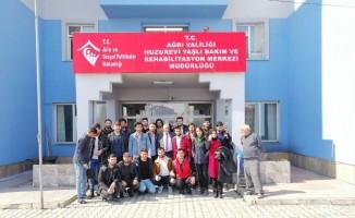 Üniversite öğrencileri Çocuk Evleri Sitesinde ve Huzurevinde etkinlikler düzenledi