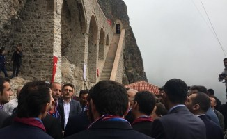 3,5 yılı aşkın süredir süren restorasyonun ardından Sümela Manastırı'nın ziyaret açılması ile ilgili tören düzenleniyor