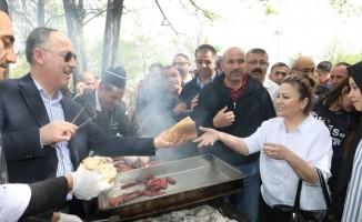 Başkan Saygılı'dan işçilere sucuk-ekmek