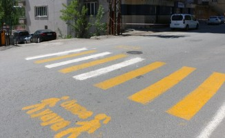 Bitlis Belediyesi okul önlerine trafik şeridi çekiyor