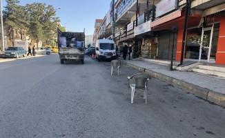 Esnafın duba ve sandalyeli yol kapatmasına tepki