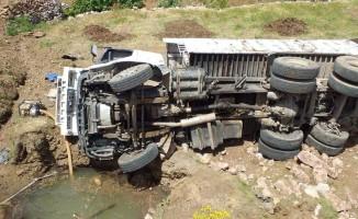 Freni boşalan kamyon şarampole yuvarlandı