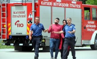 İntihar için 12. katın penceresine çıkan şahsı polis ikna etti