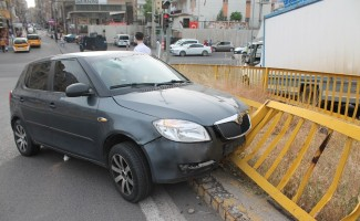 Kontrolden çıkan otomobil korkuluklara çarptı: 1 yaralı