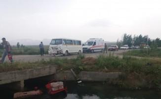 Öğrenci taşıyan minibüsün çarptığı traktör kanala düştü: 13 yaralı