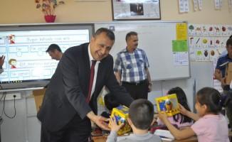 Şuhut PTT Şubesinden minik öğrencilere oyuncak hediye edildi