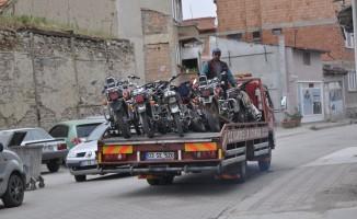 Şuhut'ta trafik ekipleri plakasız ve eksik evraklı motosikletleri topladı