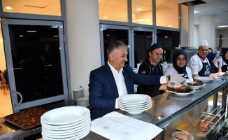 Vali üniversiteli gençlerle iftar yaptı