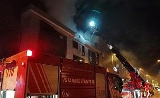 3 katlı bir iş merkezinin çatısında yangın çıktı