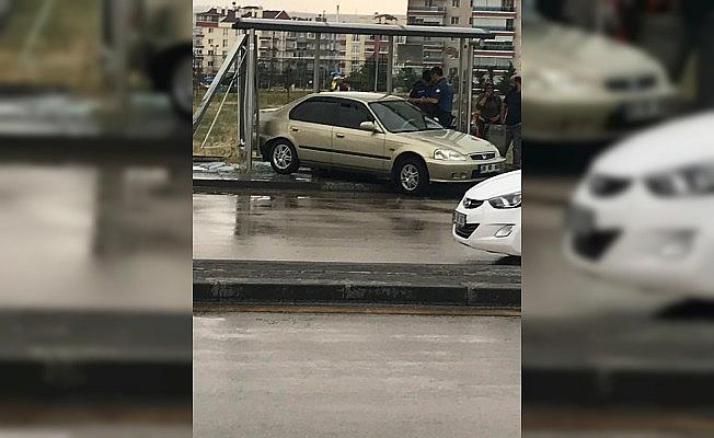 Ankara'da otomobil durağa daldı: 3 yaralı