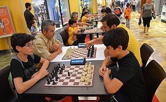 Babalar ve oğulları satranç turnuvasında renkli görüntüler