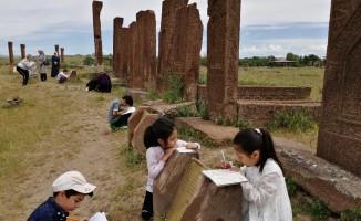Bitlisli öğrenciler tarihi mezarlıkta ders yaptı