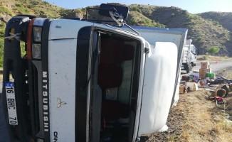 Freni tutmayan kamyonet devrildi