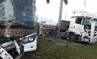 Hatay'da yolcu otobüsü tırla çarpıştı: 7 yaralı