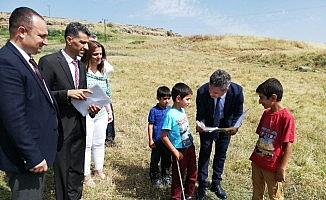 İl Milli Eğitim Müdürü Taşçıer çobanlık yapan öğrencilerin karnelerini arazide verdi