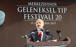 'Merkezefendi Geleneksel Tıp Festivali'nde vatandaşlar mesir macununu kapabilmek için birbirleriyle yarıştı