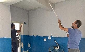 Müdür ve öğretmenler okul boyadı