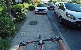 (Özel) Otomobilini kaldırıma park eden sürücü, tepki gösteren bisikletlilerin üzerine yürüdü