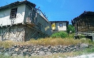 Şehit Aybüke öğretmenin köyünde göç nedeniyle tarihi evler kaderine terk edildi