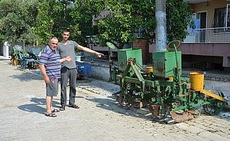 Sokağa bırakılan tarım aletleri mahalle sakinlerini rahatsız ediyor