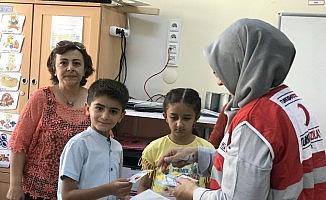 Türk Kızılayı çocukların karne sevincini paylaştı