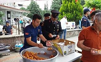 Uşak'da askerler vatandaşa lokma dağıttı