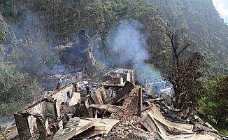 Yusufeli'nde 1 kişinin öldüğü 7 evin kül olduğu yangının acı bilançosu gün ağarınca ortaya çıktı