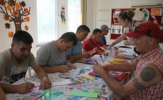 """ABD'li ressamdan özel çocuklara """"resim terapi"""""""