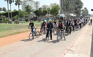 Çocuklar sahil bandında bisiklet sürdü