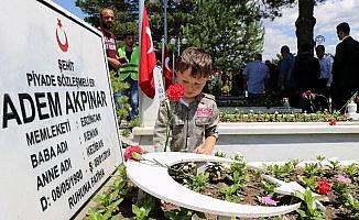 Erzincan'da şehitler için dualar edilerek kabirlerine karanfil bırakıldı