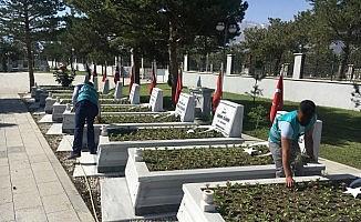 Erzincan'da yükümlüler şehit mezarlarını temizledi
