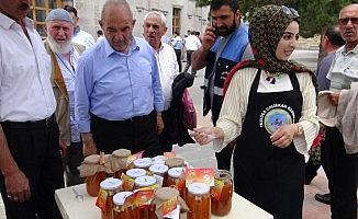 Tuzlucalı kadınlar yaptıkları kaysı reçelinin Kars'ta satışını yaptı