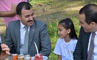 Vali Öksüz, çocuklarla fidan dikti, piknik yaptı