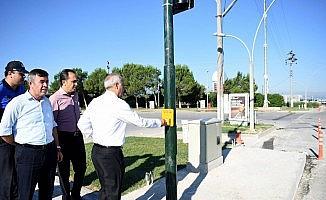 Yenişehir Belediye Başkanı Davut Aydın bas-geç trafik ışıklarını hizmete aldı