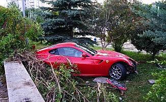 Ferrari okulun bahçesine uçtu