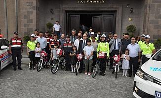 Afyonkarahisar'da jandarmadan 5 çocuğa bisiklet