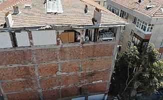 Avcılar'da duvarı olmayan ev, havadan görüntülendi