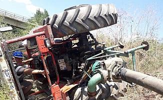 Devrilen traktörden yara almadan çıktı